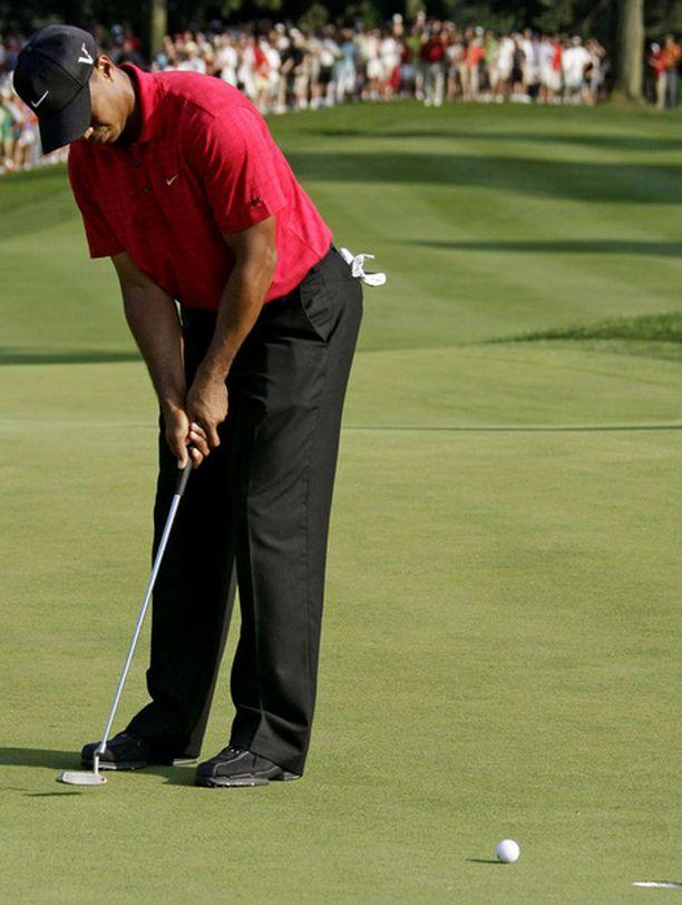 Tiger Woods varmisti tällä putilla voiton arvostetussa kutsukilpailussa.