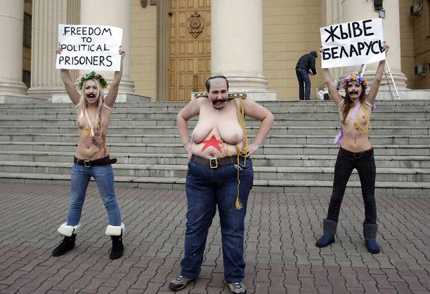 Kolme Femenin aktivistia oli kokoontunut osoittamaan mieltä KGB:n päämajan edustalle Minskissä maanantaina.