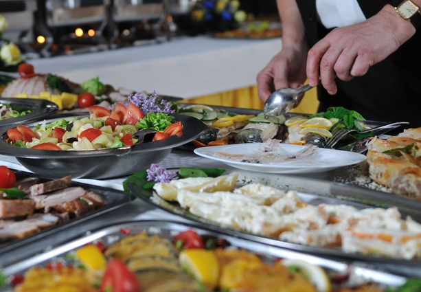 Lukijoita ärsytti puuttuvat pöytätavat, kuten se, jos joku ottaa ruokatarjoiluja pöydästä käsin.