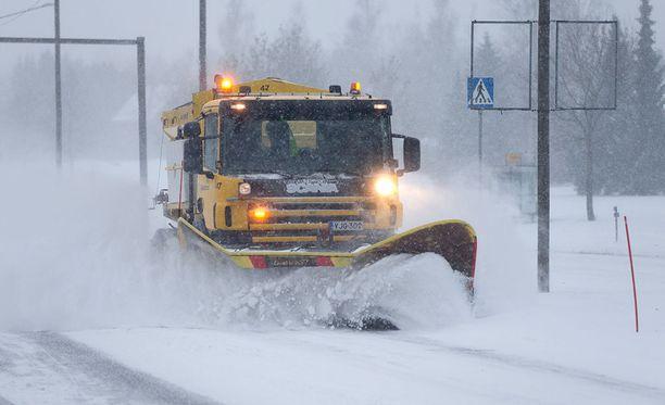 Marttinen sanoo, että vaikka päätieverkostoa pidetään auki ja suolataan, on väistämätöntä, että lumipyryssä aurauskalusto ei riitä. Kuvituskuva.