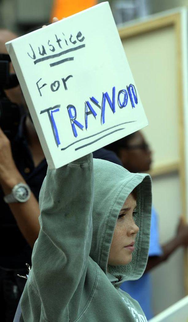 Mielenosoittaja piteli oikeustalon edessä Los Angelesissa kylttiä, jossa vaati oikeutta poliisin ampumalle Trayvon Martinille.