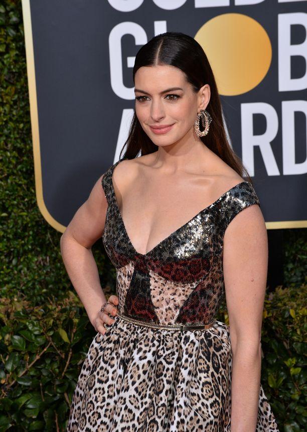 Anne Hathaway poseerasi Golden Globe -gaalassa alkuvuodesta.