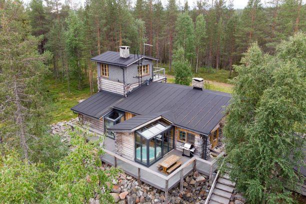 Kemijärven hirsitalossa on 178 neliötä. Talon päällä on erikoinen tornihuone.