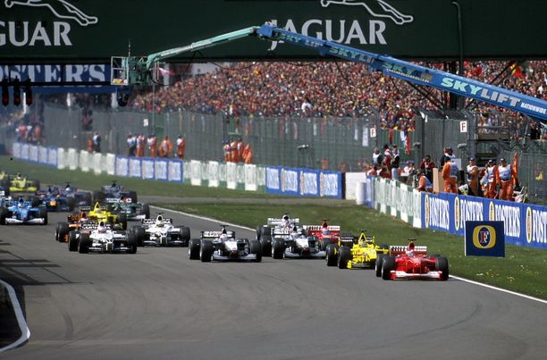 Silverstone on säilyttänyt perusmuotonsa vuosien saatossa. Kuvassa kauden 2000 kilpailun startti.