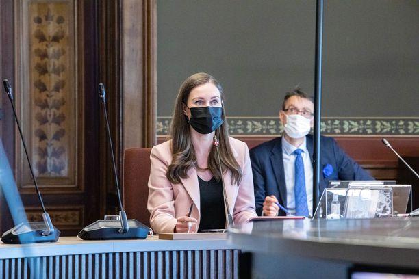 Hallitus ja eduskuntaryhmät keskustelivat koronatilanteesta 23. maaliskuuta Säätytalolla. Pääministeri Sanna Marinin taustalla istuu oikeuskansleri Tuomas Pöysti.
