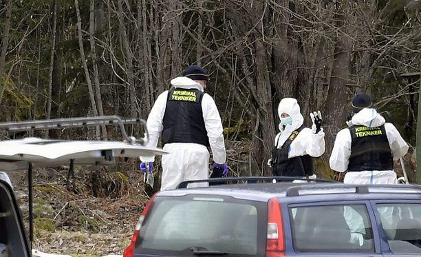 Poliisi etsi kadonnutta Tovaa maalaistalon läheisyydestä. Sieltä Tova oli ottanut viimeisen kerran yhteyttä ystäviinsä puhelimitse.