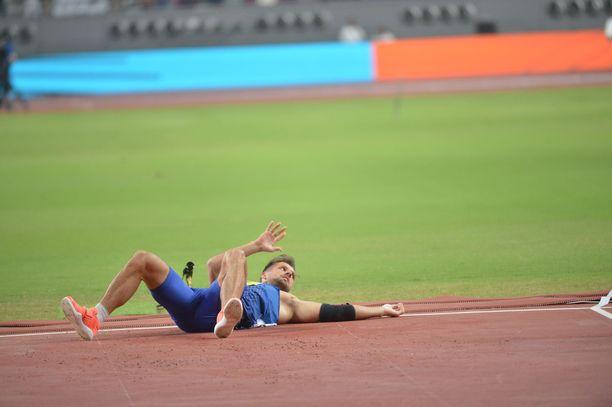 Magnus Kirt jäi makaamaan hyppypaikalla kentän pintaan, kun käsi otti kipeää.