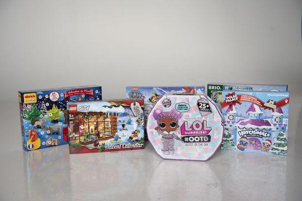 Nämä kalenterit avasimme! Takarivissä vasemmalta oikealle: Adbrick Écoiffier, Ryhmä Hau, Brio World. Eturivissä vasemmalta oikealle: Lego City, LOL Surprice Winter Disco, Hatchimals Colleggtibles.