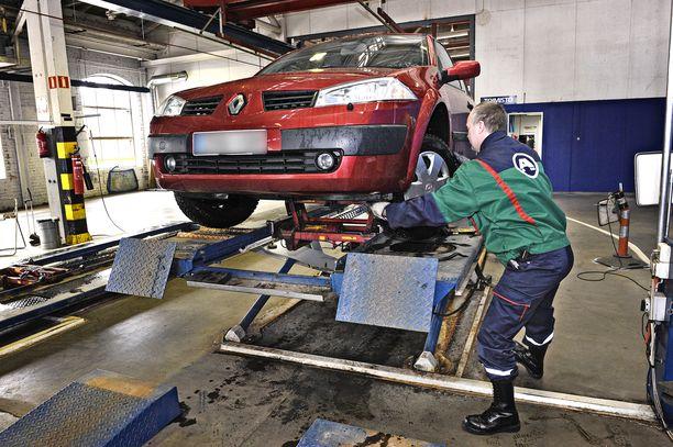 Etuakseliston viat johtavat useimmin hylkäyksiin vanhojen autojen kohdalla.