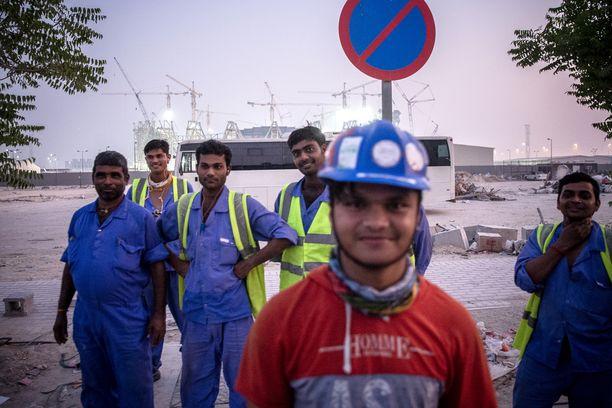 Bangladeshistä tulevat työmiehet rakentavat jalkapalloilun vuoden 2022 MM-kisojen päänäyttämöä Qatarissa.