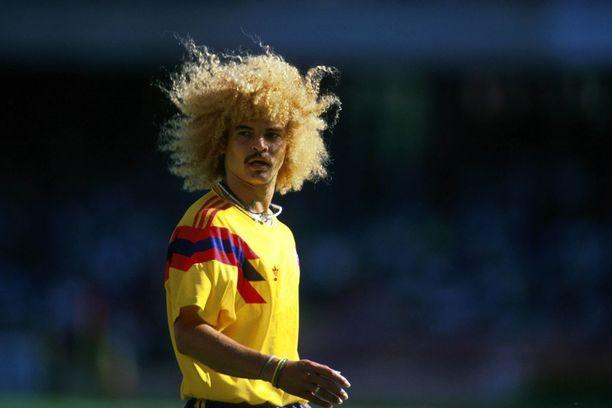Kolumbia on tuonut ykköspelipaitaansa jälleen olkapäistä lähtevät sinipunaraidat. Paitasuunnittelijan innoittajana on toiminut Carlos Valderraman tähdittämä MM-joukkue vuosimallia 1990.