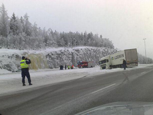 Rekka suistui tieltä Porvoon moottoritiellä.