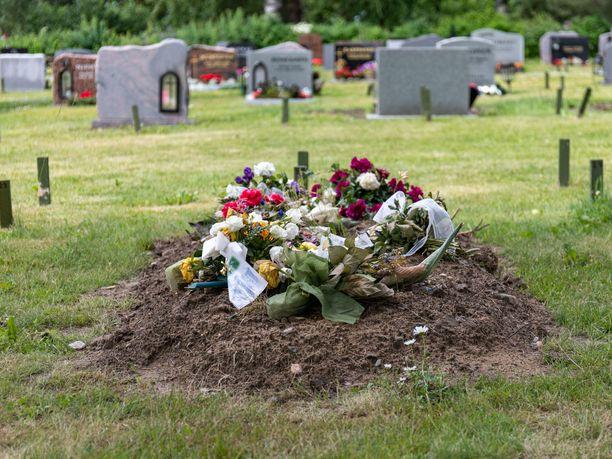 Hautajaiskukkia hautausmaalla. Kuvituskuva.