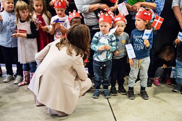 4-vuotiaat kaverukset suhtautuivat kuninkaallisen tapaamiseen tilanteen vaatimalla vakavuudella.