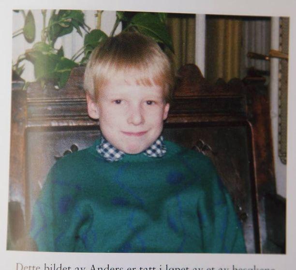 Anders huolettomana koulupoikana. Yhteys isään säilyi, kunnes se katkesi 16-vuotiaana.