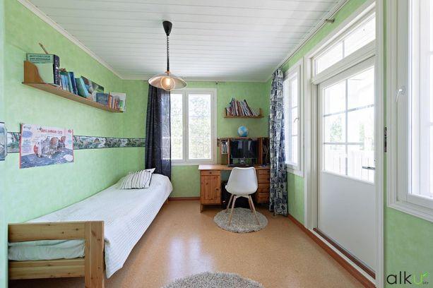 Tässä yksi kodin viidestä makuuhuoneesta.