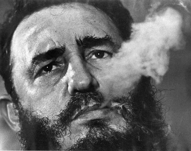 Fidel Castro puhaltaa sikarinsavua suustaan vuonna 1985. Myöhemmin samana vuonna sikarit saivat jäädä.
