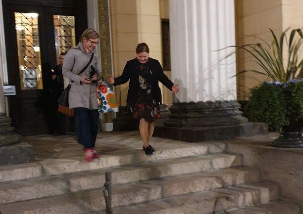 Ympäristö- ja ilmastoministeri Krista Mikkonen (vihr) ja perhe- ja peruspalveluministeri Krista Kiuru poistuivat Säätytalolta yhdessä.