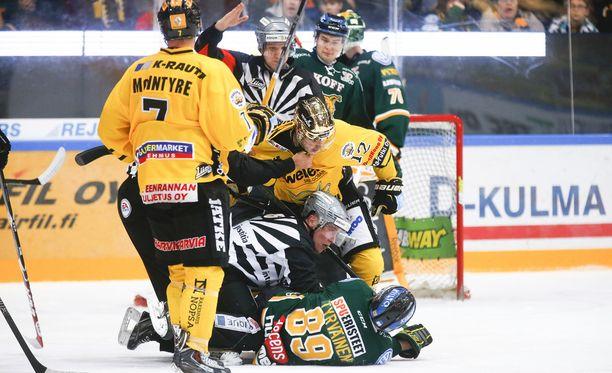 SaiPan kultakypärä Dave Spina hermostui jäässä makaavalle Ilveksen Antti Tyrväiselle.
