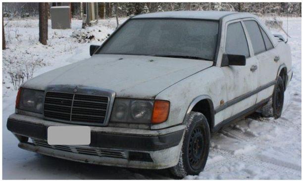 Poliisi pyytää vihjeitä saman mallisesta valkoisesta Mersusta kuin kuvassa liittyen Juha Laitisen katoamiseen Leppävirralla vuonna 2006.