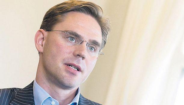 KIUSAANTUNUT Kokoomusjohtaja, valtiovarainministeri Jyrki Katainen selittelee taas Ilkka Kanervan tekstiviestikohua.