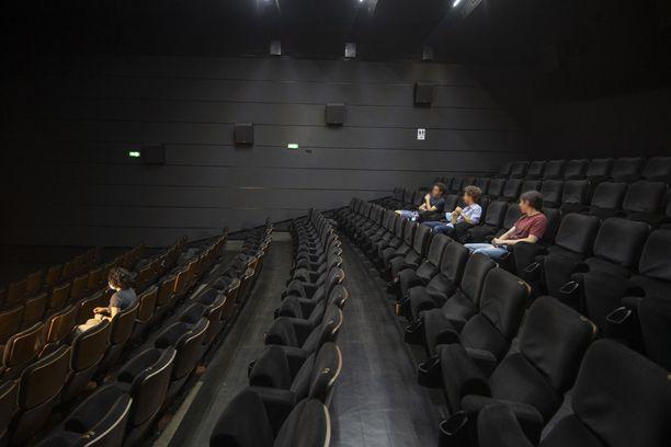Elokuvaaja onnistui nostamaan oman elokuvansa amerikkalaislistan kärkeen. Kuvan teatteri ei liity tapaukseen.