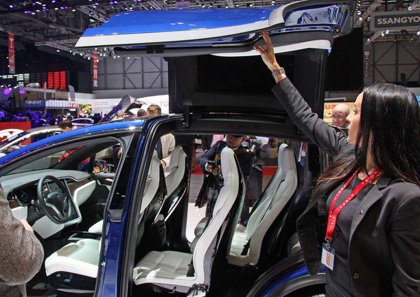 Haukansiivet nousevat tarpeeksi ylös, näyttää Teslan Suomen tiedotuksesta vastaava Mia Pelttari.