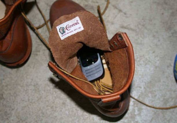 """Syyttäjän mukaan Aarnion autotallista löydettiin """"Pasilan miehelle"""" kuuluva kännykkä piilotettuna kenkään."""