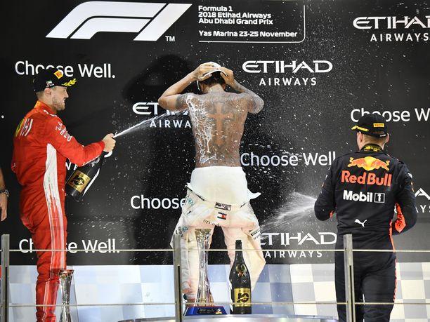 Lewis Hamilton riisui yllättäen ylävartalonsa paljaaksi Abu Dhabin GP:n palkintokorokkeella.