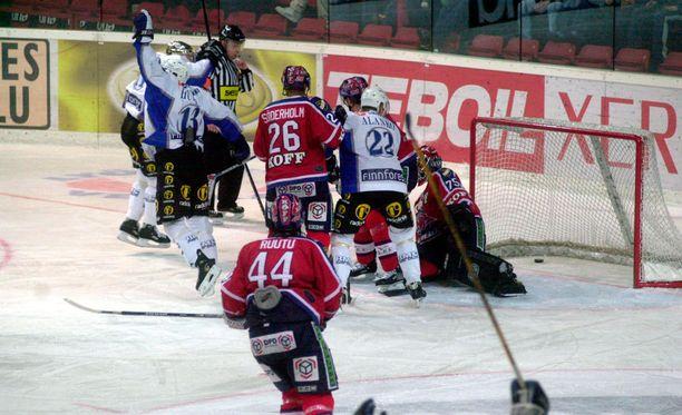 Kiekko-Espoo ja Blues olivat vuosikausia täysin vastaantulijoita HIFK:n vieraana Nordenskiöldinkadulla. Siksi marraskuussa 2002 otettu vierasvoitto ei ollut mikä tahansa runkosarjavoitto - se oli historiallinen merkkipaalu.