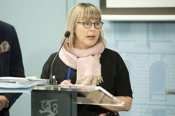 Ministeri Aino-Kaisa Pekonen kiistää, että suojavarusteista olisi pulaa.