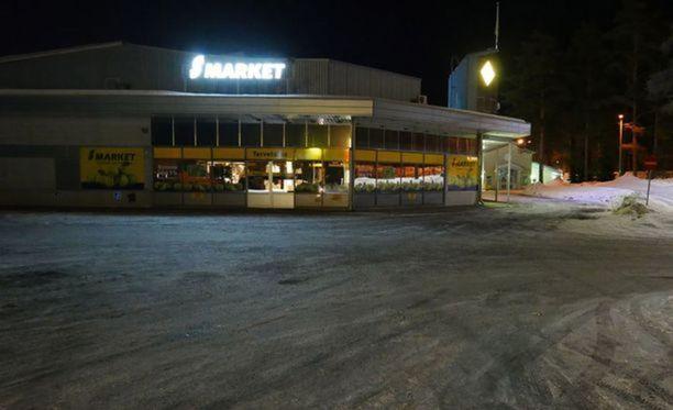 Poliisi käytti asetta S-marketin pihalla Mikkelissä maaliskuussa.
