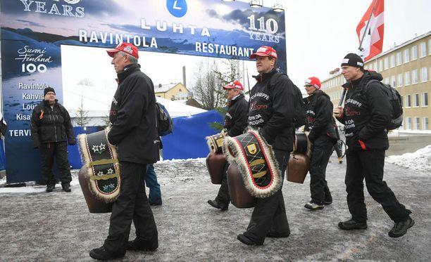 Sveitsin kannattajat raahasivat mukanaan julmetun kokoiset helistimet.