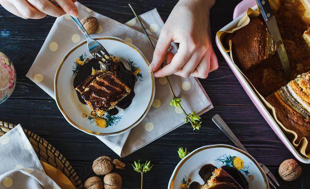 Tökkäyskakkuja voi leipoa niin suklaa- kuin marjatäytteisiä.