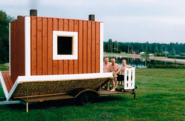 Yksi saunan jaloista on piippu. Nurin olevaan saunaan mahtuu 6-7 saunojaa.