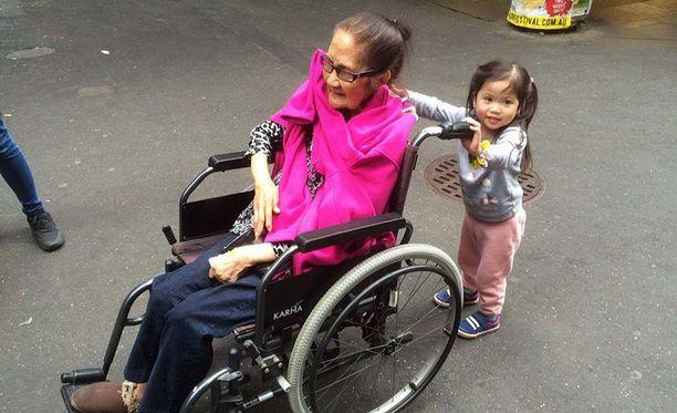 Isoäiti liikkuu pyörätuolilla. Tässä vaiheessa ennen lentoa kaikki oli vielä hyvin.