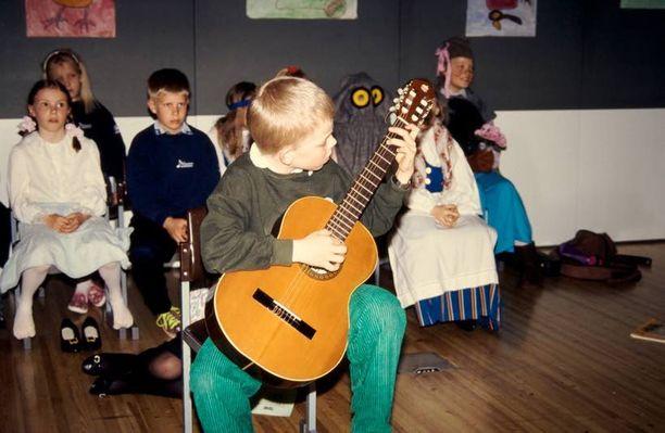 Räppäri kävi musiikkileikkikoulua kaksivuotiaasta saakka. Soittimeksi valikoitui kouluiässä kitara.