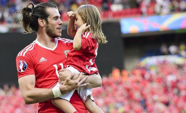 Gareth Bale juhli Pohjois-Irlanti-voittoa yhdessä tyttärensä Alban kanssa.