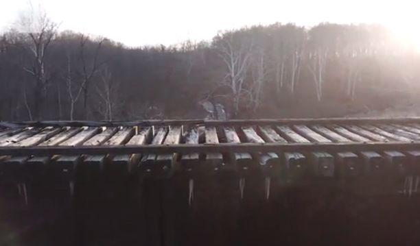 Tytöt katosivat kävellessään hylätyillä rautateillä.