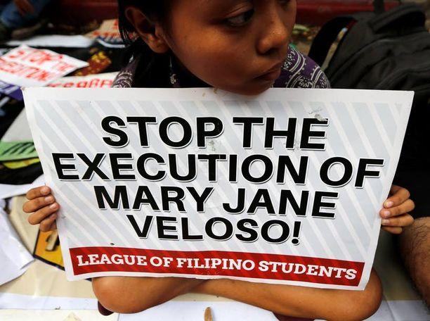Filippiiniläisopiskelijat osoittivat mieltään Veloson teloitusta vastaan Indonesian suurlähetystön edustalla.