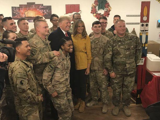Presidentti Donald Trump on tehnyt ensimmäisen vierailunsa amerikkalaiseen sotilastukikohtaan Lähi-idässä virkakautensa aikana. Kuvassa presidentti poseeraa vaimonsa Melanian kanssa yhdysvaltalaisjoukkojen keskellä Irakissa 26. joulukuuta 2018.