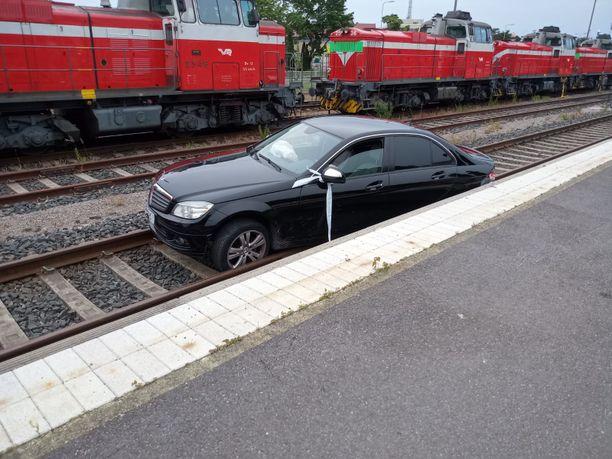 Lukijan lähettämän kuvan perusteella kiskoilla oleva henkilöauto on merkiltään Mercedes-Benz.