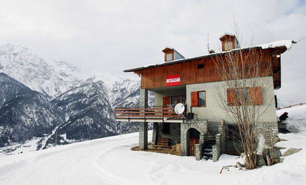 Itävallan olympiajoukkueen majapaikasta San Sicariossa löytyi kiellettyjä välineitä ja kielletty henkilö.