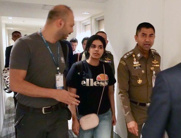 Rahaf Mohammed al-Qunun keskusteli Thaimaan maahanmuuttopoliisin ja YK:n pakolaisjärjestö UNHCR:n viranomaisen kanssa Bangkokissa maanantaina.