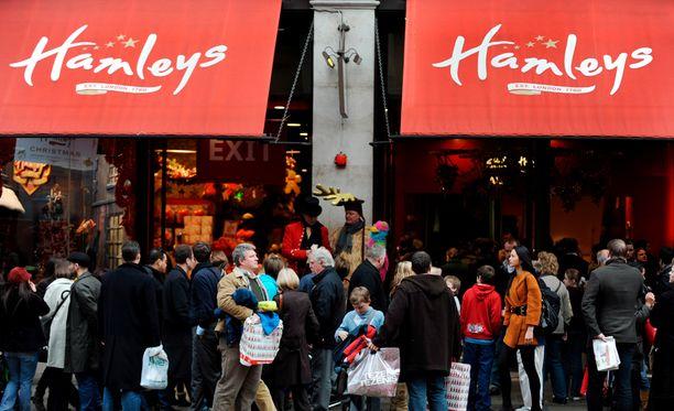 Ihmisiä jouluostoksilla Lontoon Hamleysillä.