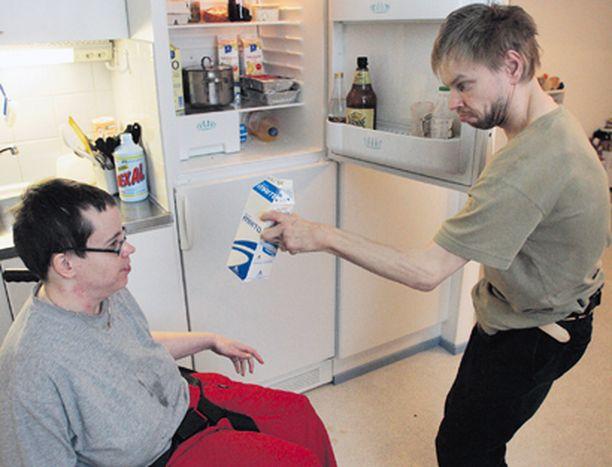TOISEN APUNA Heidi Tuurala ei pysty piipahtamaan jääkapilla. Avukseen hän tarvitsee joka kerta avopuolisonsa Panu Kamusen.