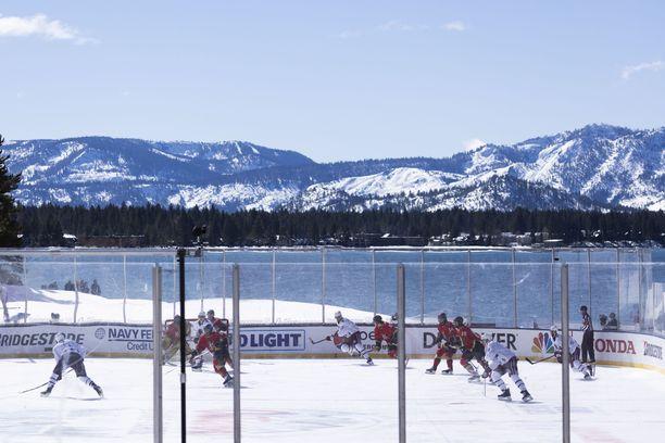 Vegas Golden Knights ja Colorado Avalanche ehtivät pelata yhden erän postikorttimaisemissa Tahoejärven rannalla ennen kuin aurinko sulatti jään liian huonoon kuntoon.