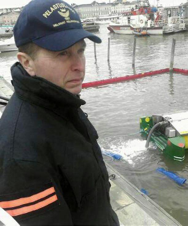 Kari Leino Pelastuslaitokselta esitteli monitoimista öljynkeräyslaitetta.