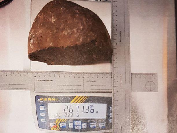 Lohjennut kivi oli raskas ja teräväreunainen.