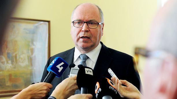 """Eduskunnan puhemies Eero Heinäluoma ilmoitti, että Lasse Männistön pyytämä ero eduskunnasta """"ei ole itsestäänselvyys"""". Lopulta Männistö veti itse eroanomuksensa pois."""
